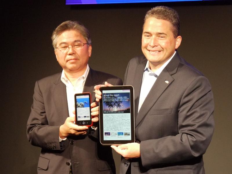 発売が予定されているタブレット端末2製品を持つシャープ大畠昌巳氏(左)、とボブ・スキャグリオン氏(右)