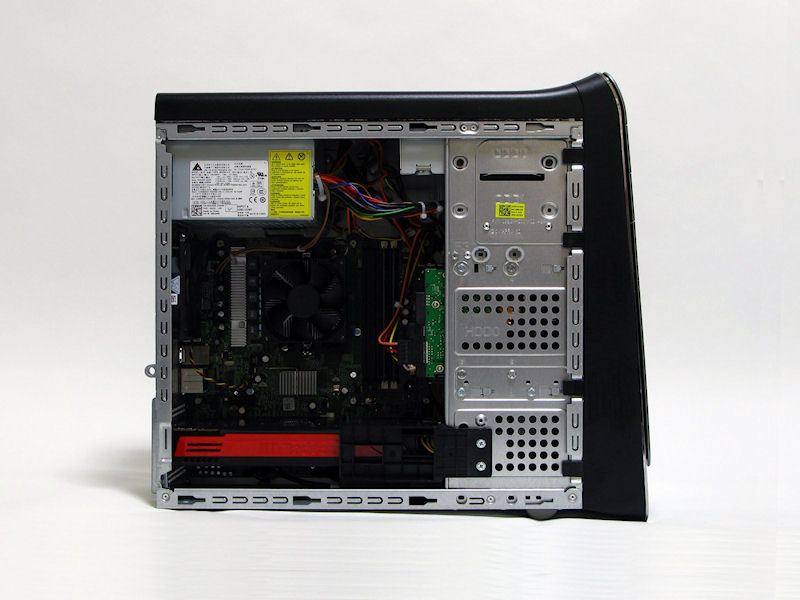 microATXケース、しかも平均的なサイズより若干スリムな筐体であるため内部のパーツ密度は高い