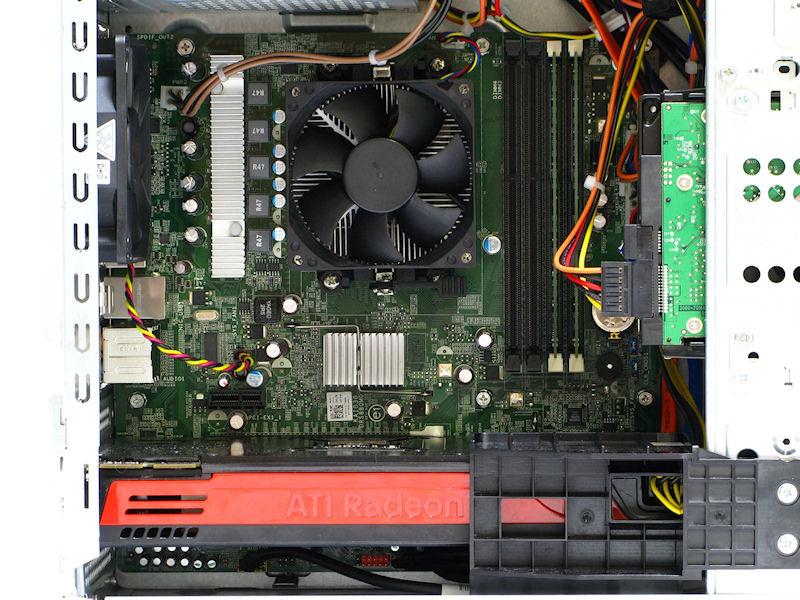 Studio XPS 7100の内部、今回の評価機にはハイエンドビデオカードのRadeon HD 5870が搭載されており、3Dゲームも十分に楽しめる構成だ