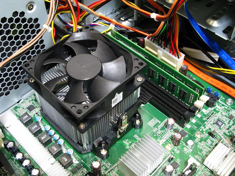CPUクーラーはリファレンスよりも若干大型なファンを用いた静音タイプ。リファレンスクーラー似のロック機構を採用しているがレバーが固く、一度外すとなかなか再固定するのに苦労する