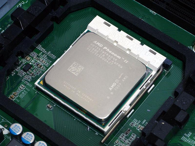 装着されていたCPUは比較的新しいPhenom II X6 1055Tの95W版。マザーが5フェーズなので125Wでも動きそうだが、電源など他のパーツとのバランスをとったものと思われる