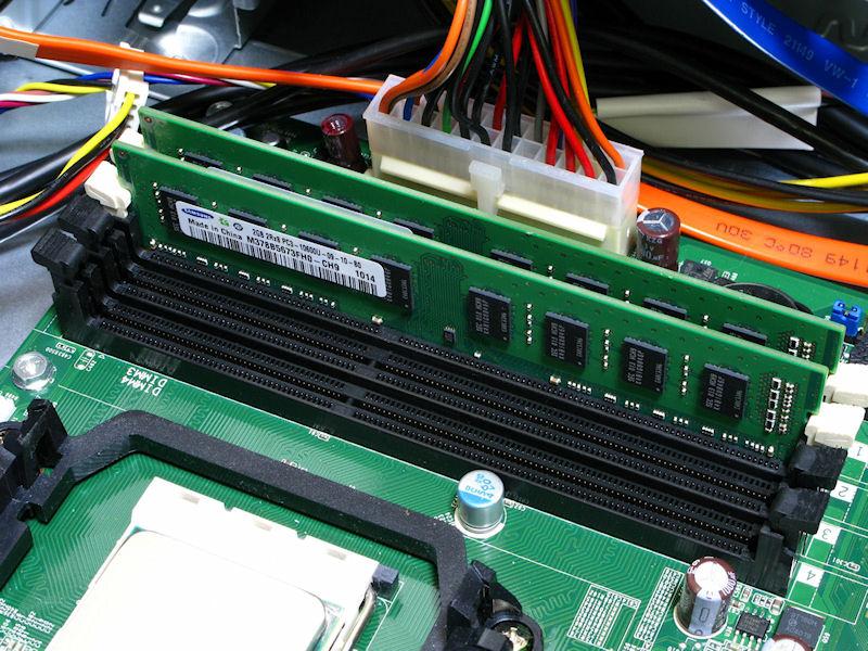 メモリは4スロット。評価機はDDR3-1333メモリで2GB×2枚の4GBが装着されていた