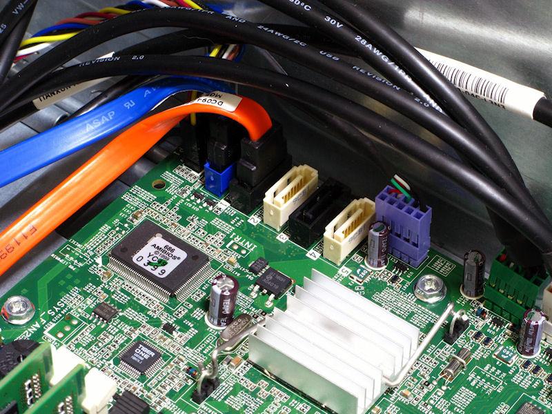 マザーボード上のSATAポートは5基。このケースにおいては十分な数だ。さらにバックパネルにはeSATAを備えるため合計6デバイスまでSATA機器が接続できる計算だ