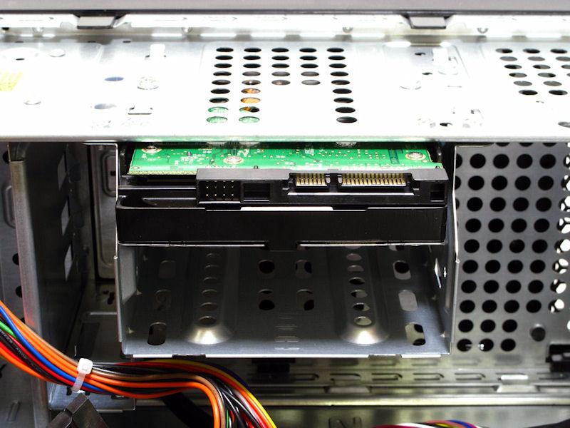 3.5インチシャドウベイは2段。2台目用のSATA電源コネクタも用意されている