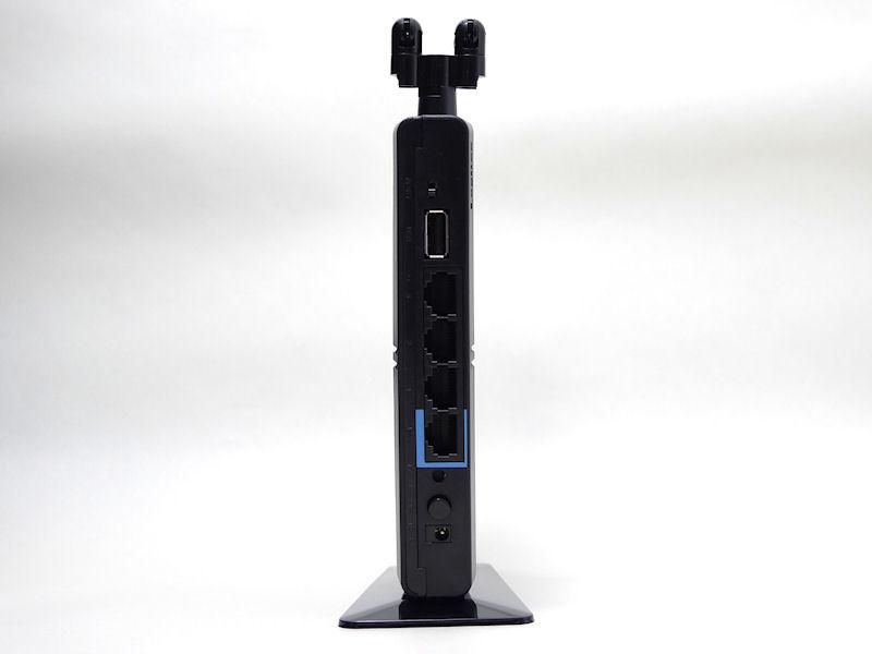 背面。上からモード切替スイッチ、USB端子、LANポート×3、WANポート、リセットスイッチ、WPSボタン、ACコネクタが並ぶ