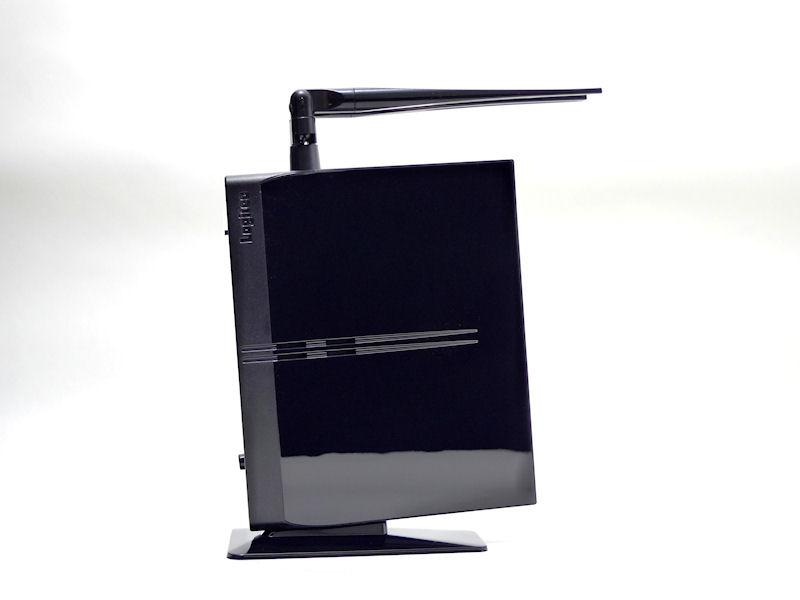 右面。横置き用のスタンドをセットするための穴がある。ボディには黒の半透明素材が使われている