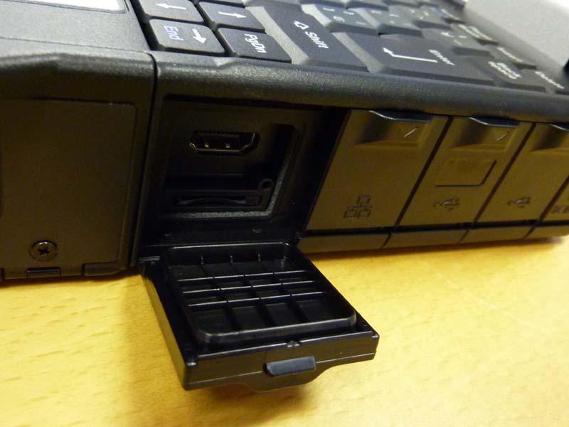 ロック機構で防塵性能を高めたインターフェイス用カバー