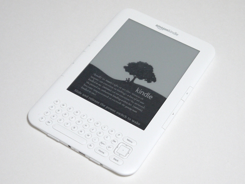 「Kindle 3G + Wi-Fi」本体。従来モデルの名称が「Kindle 2」だったためにネット上では「Kindle 3」と呼ばれることが多いが、Amazon.comのページでは3G機能ありのモデルが「Kindle 3G + Wi-Fi」、Wi-Fiのみ(3Gなし)のモデルは「Kindle Wi-Fi」と記載されている。本稿執筆時点のファームウェアは3.0。ちなみに筐体色は前者がWhiteとGraphiteの2色、後者はGraphiteのみとなっている
