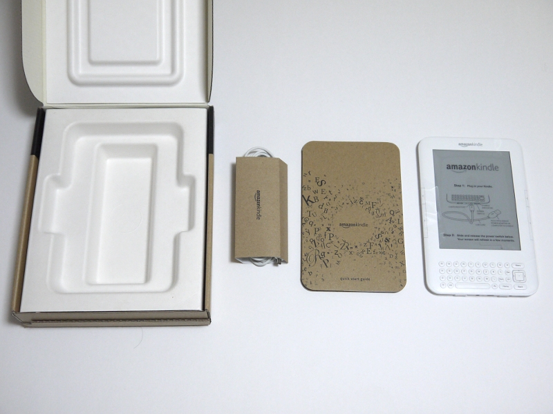 同梱品一覧。左から化粧箱、USBケーブル一式、説明書、Kindle本体