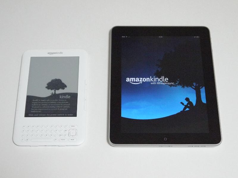 iPad(右)との比較。本体重量はiPadの680gに対して本製品は約247gと半分以下だ
