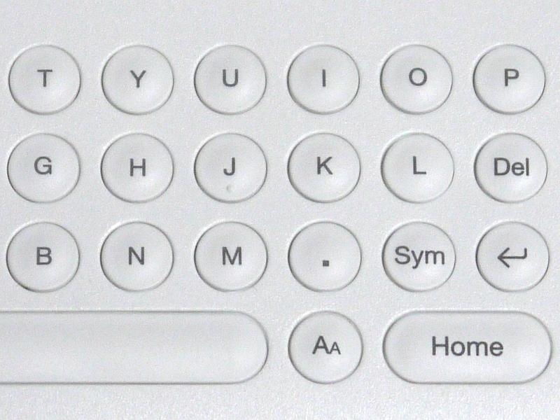 従来製品(左)と本モデル(右)のキー配置の比較。キーが5段から4段になったことで若干のレイアウト変更がある。スラッシュ(/)の入力は、SYMキーを押すことで表示されるパレットに移動した