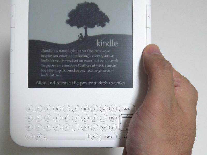 実際に手でホールドしたところ。戻る/進むボタンを押す際には、本体の縁を押すような格好になる。従来モデルのようにボタンの上に指を置いた状態にできないため、従来モデルに慣れたユーザーは多少気になるポイントだ