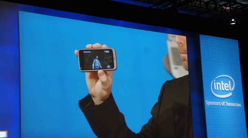 Atom Z6XXを搭載したスマートフォンだが、一瞬見せただけだった