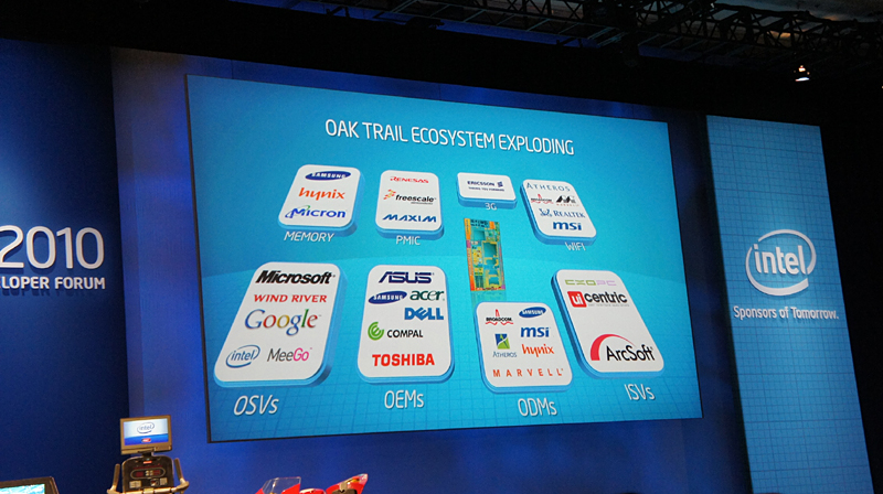 Oak Trailの対応OSやOEMメーカーを説明するスライド。OEMメーカーはASUSTeK、Samsung、Acer、Dell、Compal、東芝