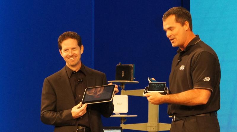世界ではじめて公開されたOak Trailベースのタブレット端末(左)とWindows7が動作しているゲーミングデバイス