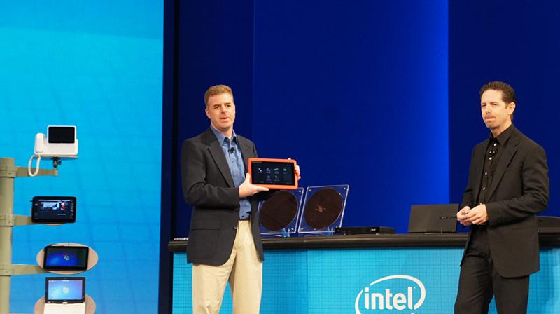 Dell ウルトラモバイル機器 上席製品マーケティングマネージャのデビット・ザベルソン氏が手に持つのが新しいタブレット/クラムシェル コンバーチブルのノートPC