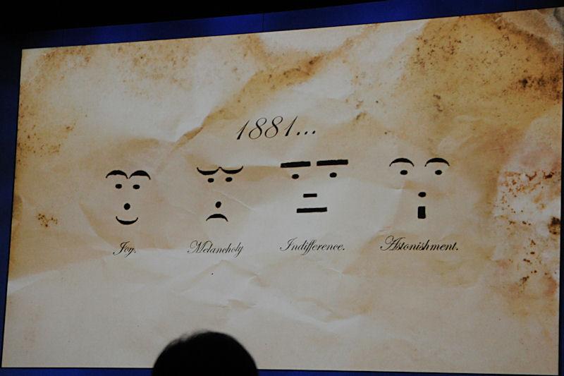 文字のコミュニケーションで表情や感情を表す顔文字は1881年に最初に誕生し、100年以上の時を経て浸透。いまは右端のようなアイコンを用いるようにまでなった