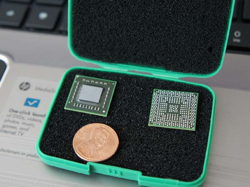 Zacateの表と裏。パッケージはBGAで、製造はTSMCの40nmプロセスルールで行なわれる