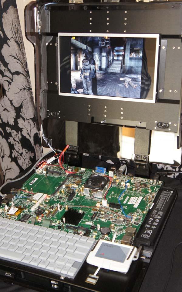 Zacateが動作しているシステム、形はデスクトップのようだが、コンポーネントはノートPC用で、ノートPCのプロトタイプ