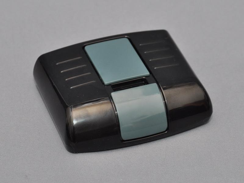 EZR601WDに付属するドッキングベース。背面ポートにディスプレイやキーボード/マウス、スピーカーを接続すると共に、付属のワイヤレスUSBアダプタを取り付けて利用する