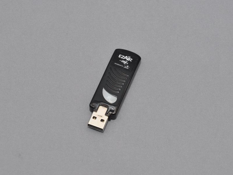 ドッキングベースに取り付けるワイヤレスUSBアダプタ。出荷時点で、PC側に取り付けるワイヤレスUSBアダプタとのペアリングが完了している