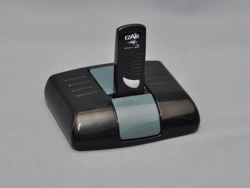 ワイヤレスUSBアダプタは、ドッキングベース上部の専用USBコネクタに取り付けて利用する