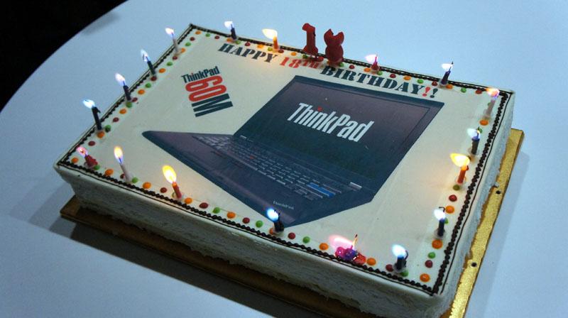 ThinkPadの18回目の誕生日を祝うケーキが用意された