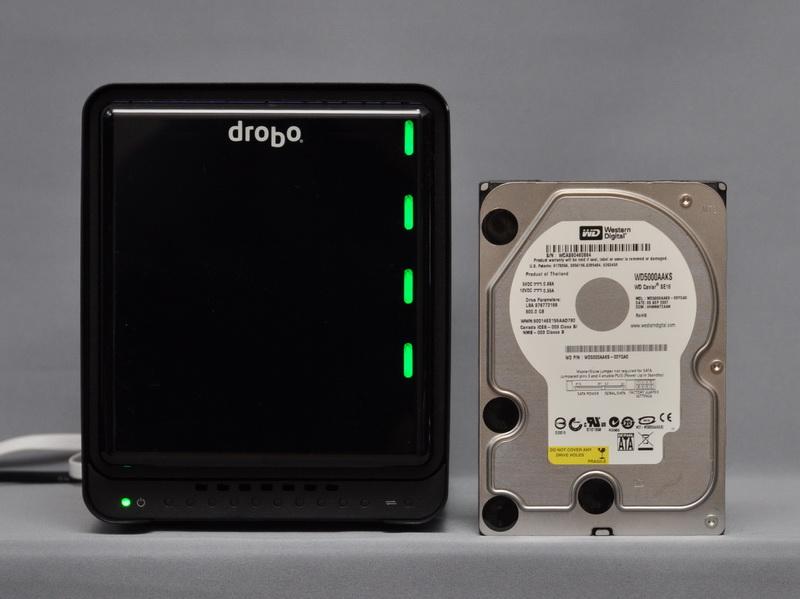 3.5インチHDDとの比較。幅150.3mm×高さ185.4mmと、HDDを5台内蔵できる割にかなりコンパクトだ