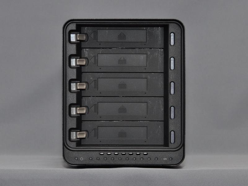 正面カバーを外した状態。3.5インチHDDリムーバブルベイが5本用意され、手前からHDDの着脱が可能