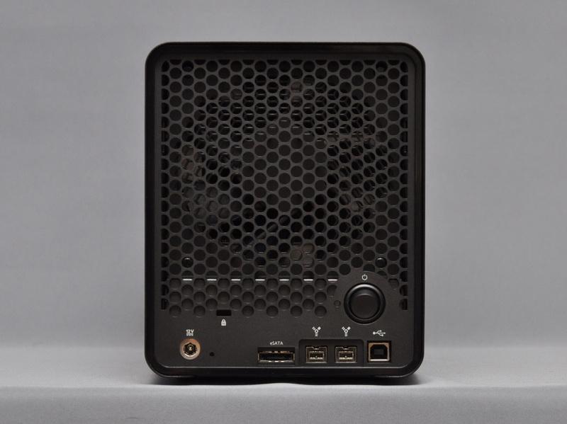 本体背面。背面には、電源ボタンと接続インターフェイス、12cm角の空冷ファンが搭載されている