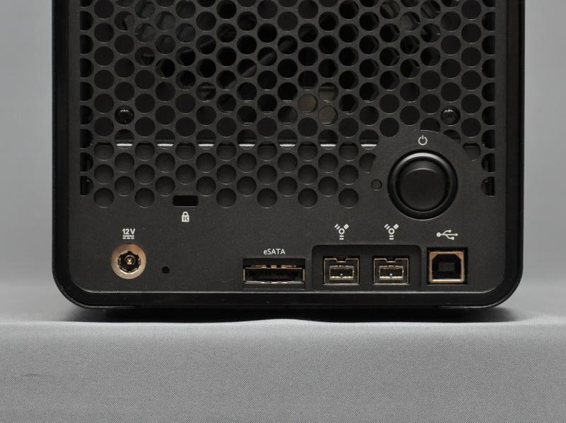 Drobo Sのインターフェイス。eSATA、Firewire 800×2、USB 2.0の各ポートが用意されている