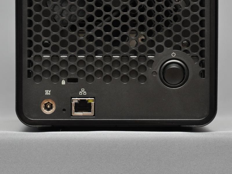 こちらは、Drobo FSのインターフェイス。Gigabit Ethernet対応のLANポートのみが用意されている