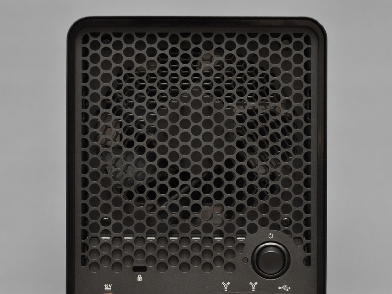 背面の12cmファンは、電源投入直後はフルスピードで回転するが、すぐに回転数のコントロール機能が働く。低回転時でもファンの音は耳に届くが、うるさいと言うほどではない