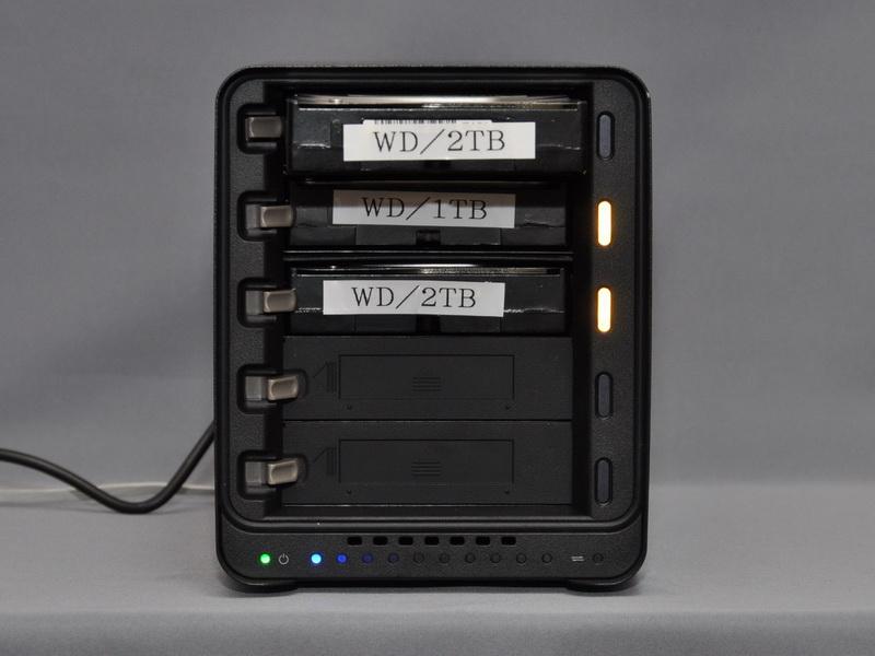 HDDベイはホットスワップに対応。HDDを交換する場合には、稼働しているDroboから直接HDDを抜き取ればいい