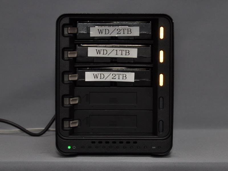 抜き取ったHDDベイに交換用のHDDを取り付ければ、自動的にリビルドが開始される