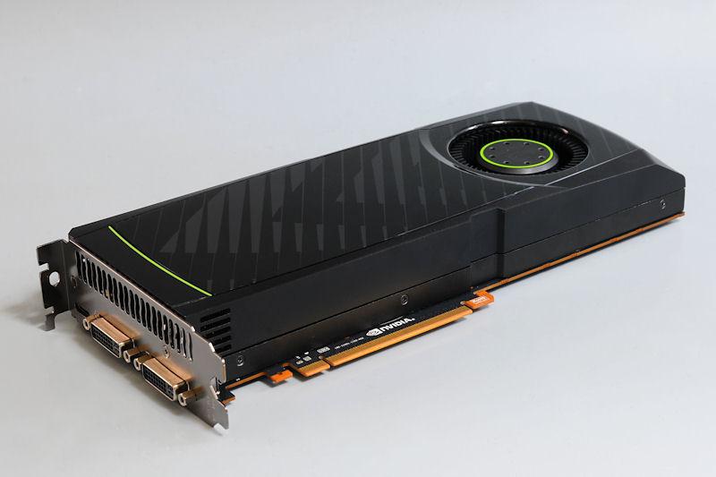 【写真1】GeForce GTX 580のリファレンスボード。GeForce GTX 480では一部が剥き出しになっていたヒートシンクは、すべて化粧カバーに収められるスタイルになった