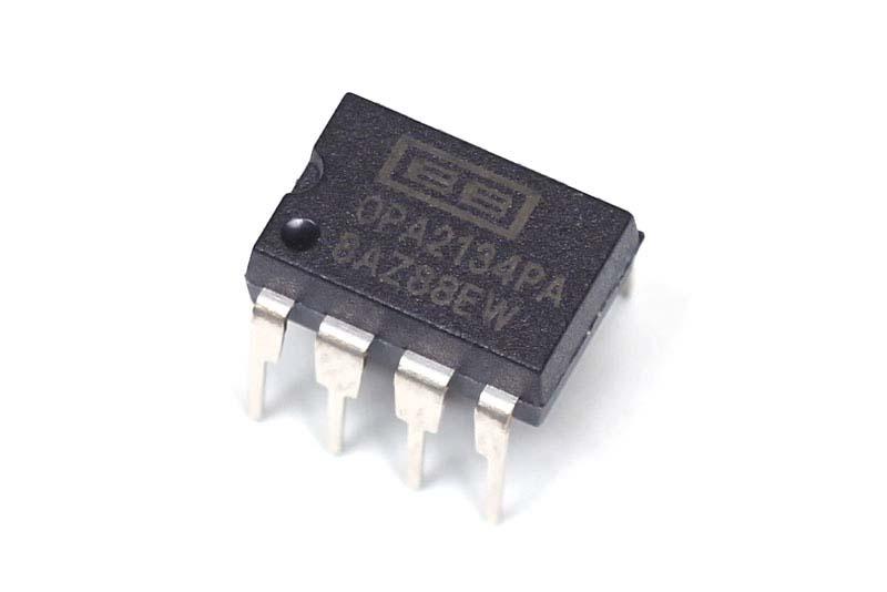 OPA2134は8ピンのDIP型ICで、より正確な型番はOPA2134PAです。末尾が異なる製品は形状も異なるので、注意してください