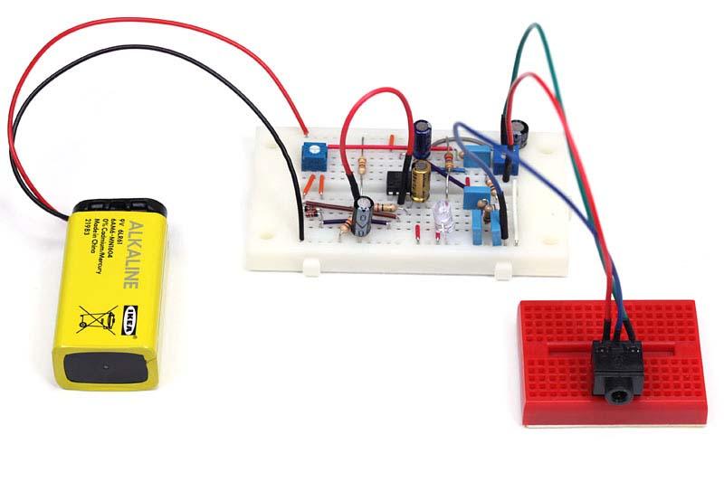 """電池と出力用のジャックを接続した状態。ジャックは3.5mmのものをブレッドボードに載せて使用しました。ブレッドボードに直接刺すことができるジャックはあまりないのですが、このようにしたい場合は<a href=""""http://pc.watch.impress.co.jp/docs/2008/0918/musashino010.htm"""">第10回のブレッドボーダーズ</a>を参考にしてください"""