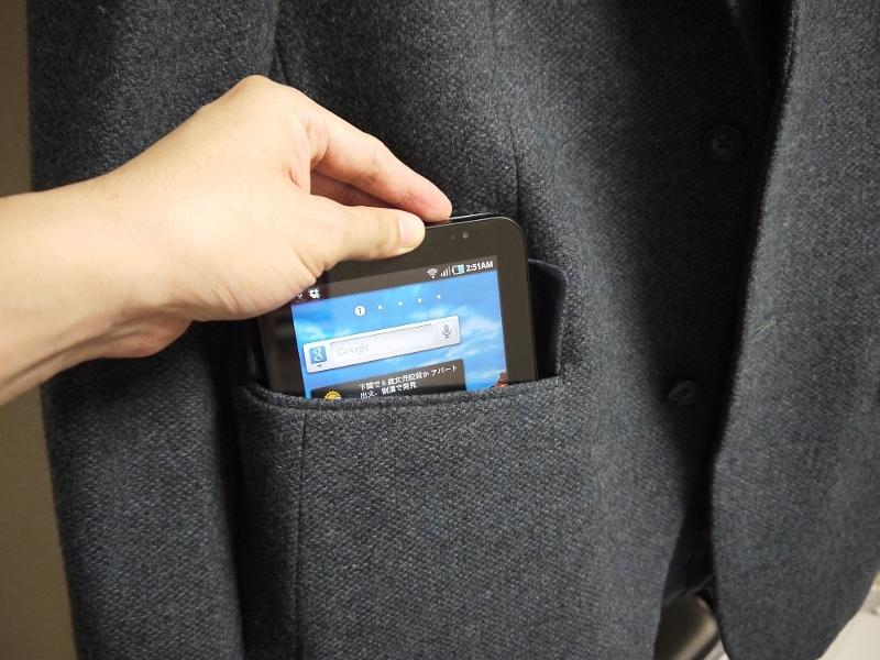スーツのサイドポケットにぴったり収まるサイズ。ちなみに製品のデモビデオではジーンズの後ろポケットに入れる様子が描かれているが、入れることは可能でも、そのままイスに座るのはちょっと怖い
