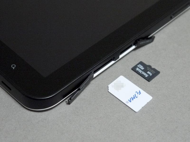 右側面に収納される、ドコモUIMカードとmicroSD