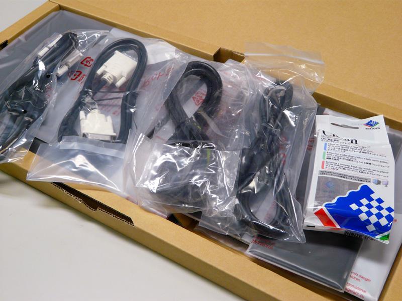 付属品。DVI-D→DVI-D、DVI-I→D-Sub15ピン、電源コード、USBケーブル、ScreenCleaner、遮光フード