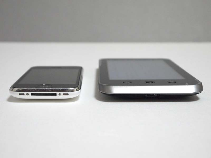 製品本体はエッジ部が斜めに削りこまれていることからスタイリッシュかつ薄く見えるが、実際にはそこそこ厚みがあるので、実際に店頭で手に取って確かめてみることをお勧めする。左はiPhone 3GS