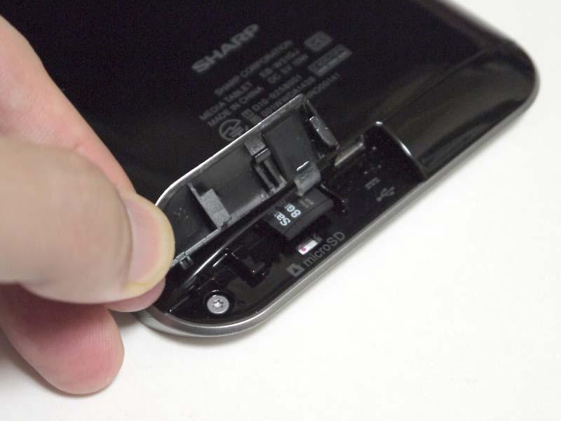 下部にはmicroSDスロットを装備。なおmicroSDを経由して直接本製品にPDFなどを読み込ませることはできない