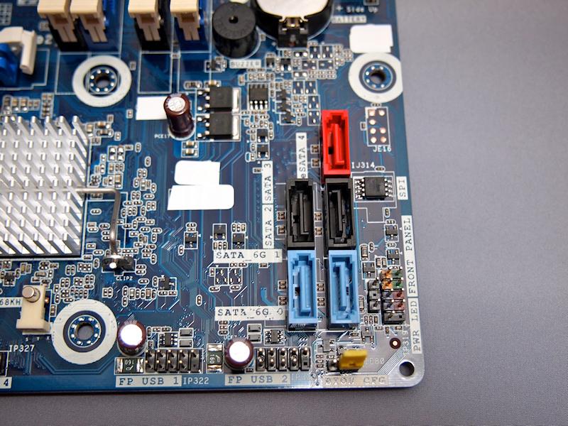 DH67BLのSATAポート。青い色のコネクタが6Gbpsをサポートする