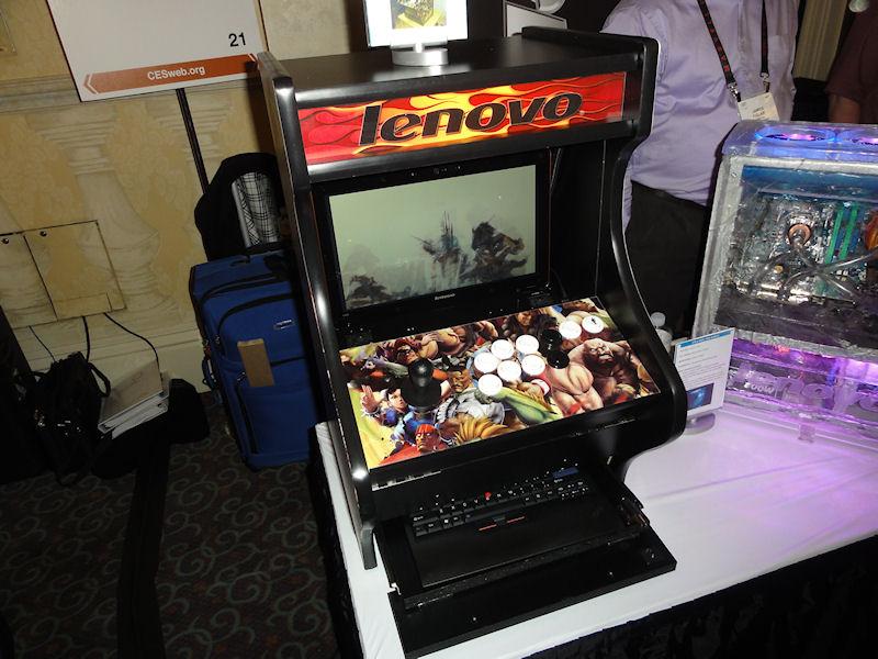 これはLenovoが募集した、同社製品の改造コンテストの優秀作の1つ。アーケードゲームのアップライト筐体を何分の1かに小さくしたようなノートPC用の筐体。右の写真のように中にはIdeaPad Y560が収納。ゲームコントローラはUSBでつながっており、普通にゲームがプレイできる。右の写真にあるように、外付けキーボードを引きだしてタイピングもできる。かなりの完成度で、市販して欲しいほど