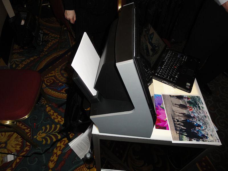 用紙は背面にセットし、前面下から排出される