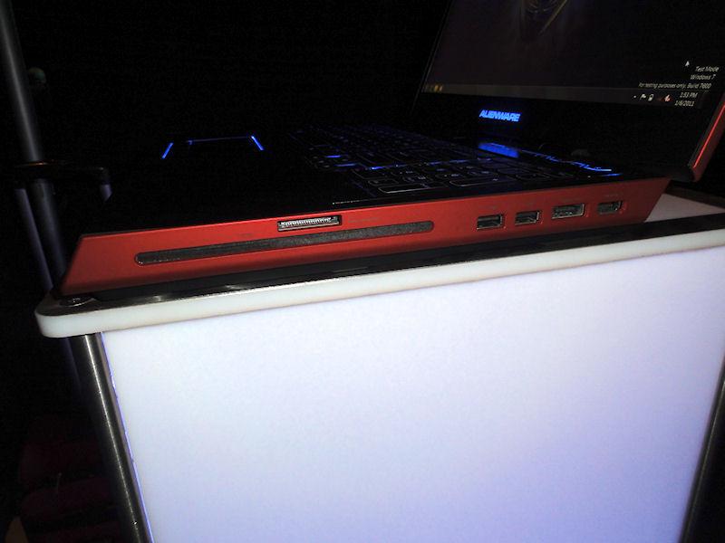 右側面に光学ドライブ、カードスロット、USB×2、eSATA、HDMI