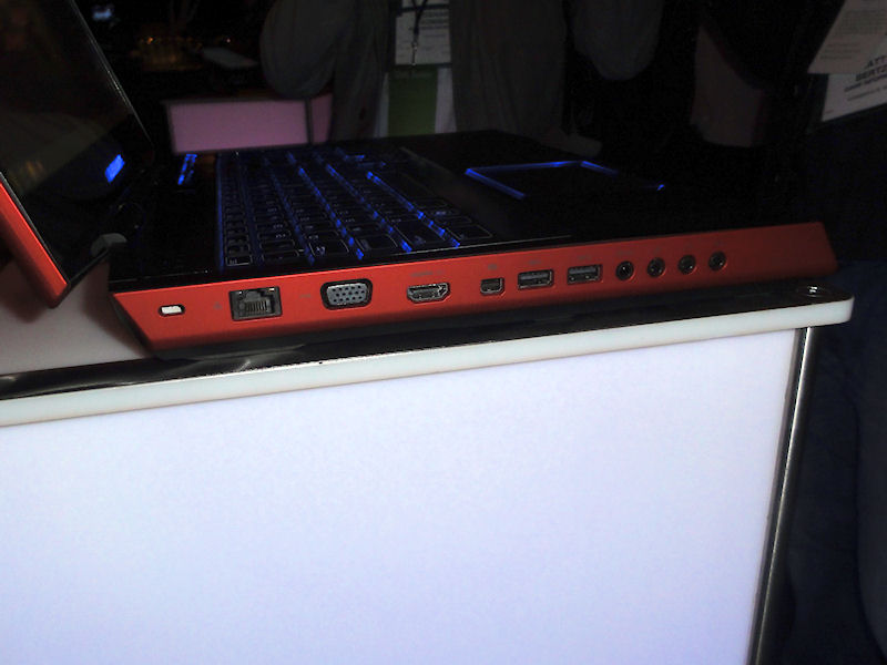 左側面にEthernet、ミニD-Sub15ピン、HDMI、IEEE 1394、USB×2、音声入出力