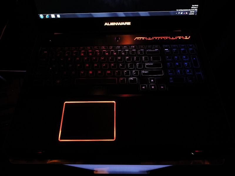 キーボードやタッチパッドなど各所が光るギミックは健在