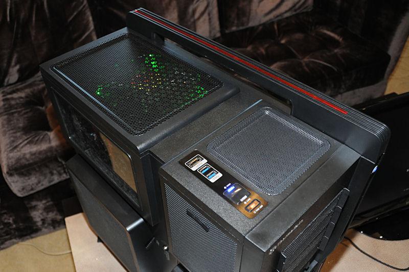 上部の様子。後方のファンが緑色に光っているが、これはスイッチで変更可能。この色は側面カバーのファンも連動して変更される